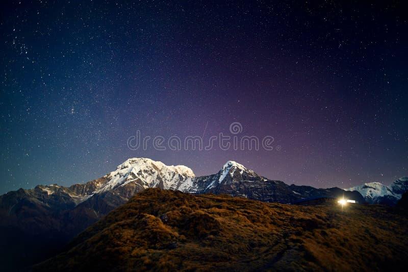 Pico da neve dos Himalayas no céu noturno imagens de stock