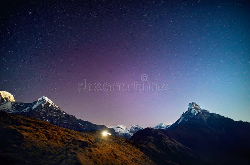Pico da neve dos Himalayas no céu noturno imagem de stock royalty free