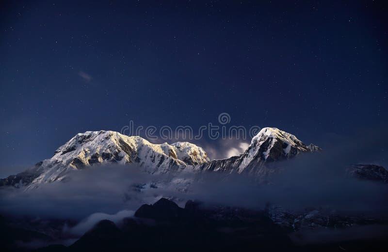 Pico da neve dos Himalayas no céu noturno foto de stock