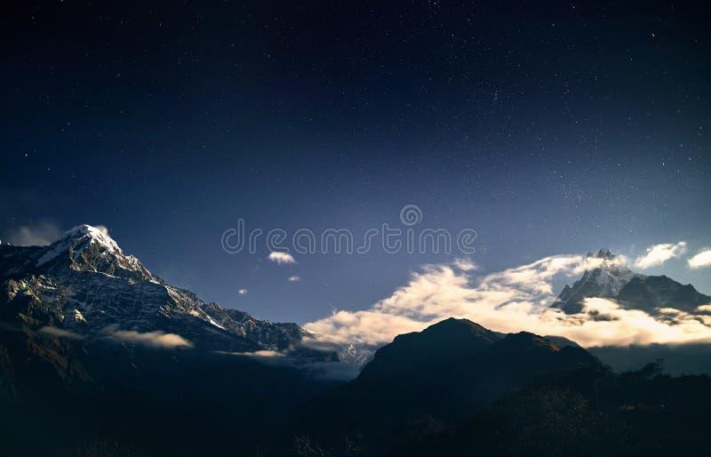 Pico da neve dos Himalayas no c?u noturno fotografia de stock royalty free