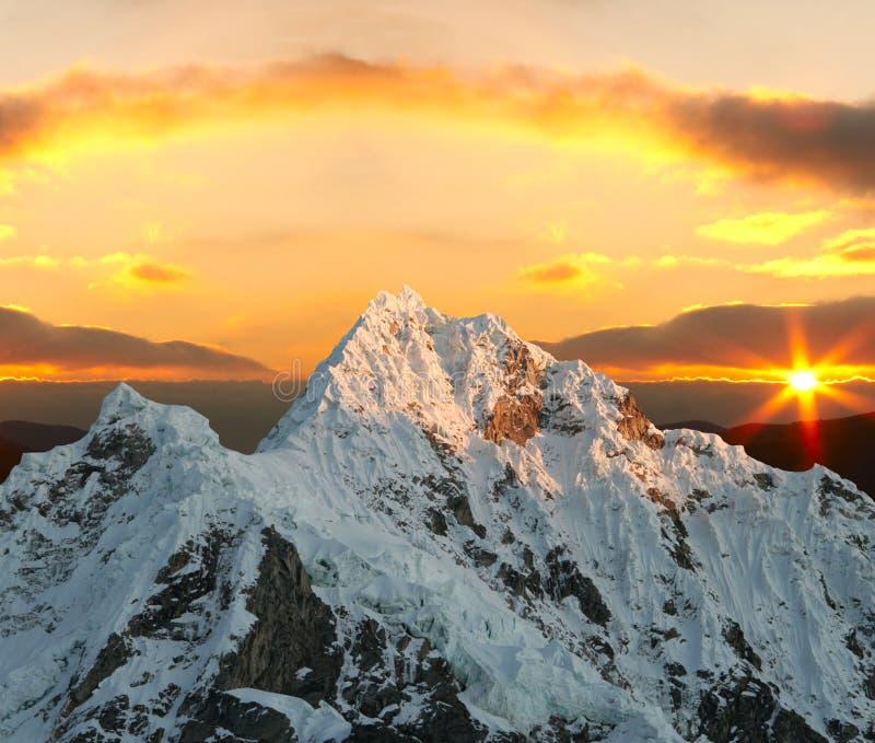 Pico de Alpamayo no por do sol fotografia de stock