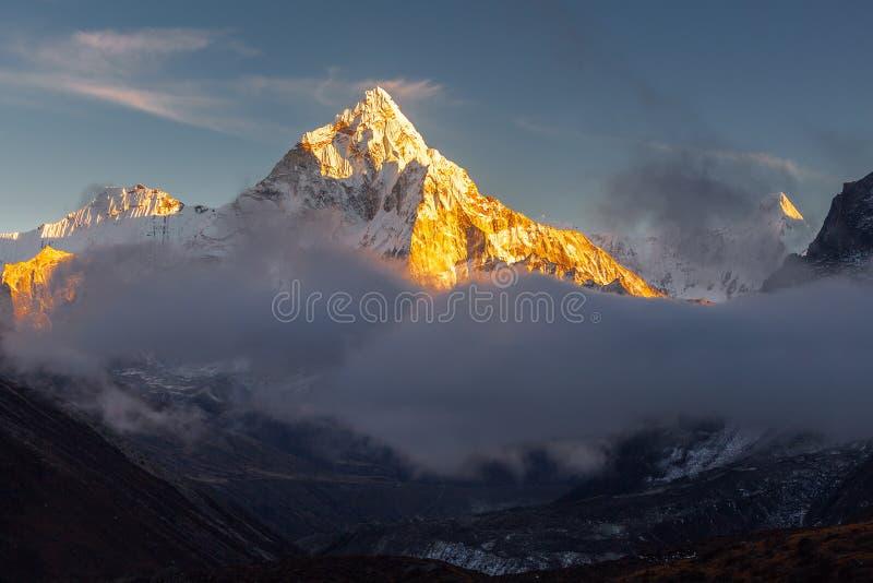 Pico de Ama Dablam los 6856m cerca del pueblo de Dingboche en el área de Khumbu de Nepal, en la pista de senderismo que lleva a imagenes de archivo