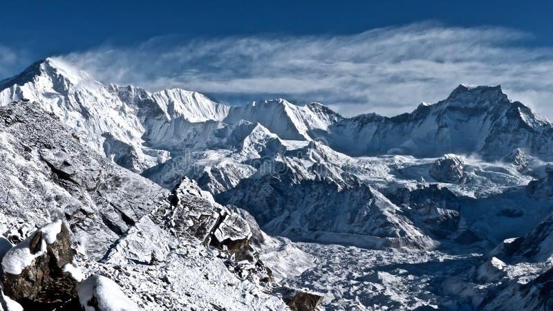 Pico de Cho Oyu e montanhas bonitas dos Himalayas imagens de stock
