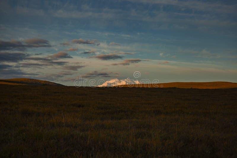 Pico de Denali en la madrugada imagenes de archivo