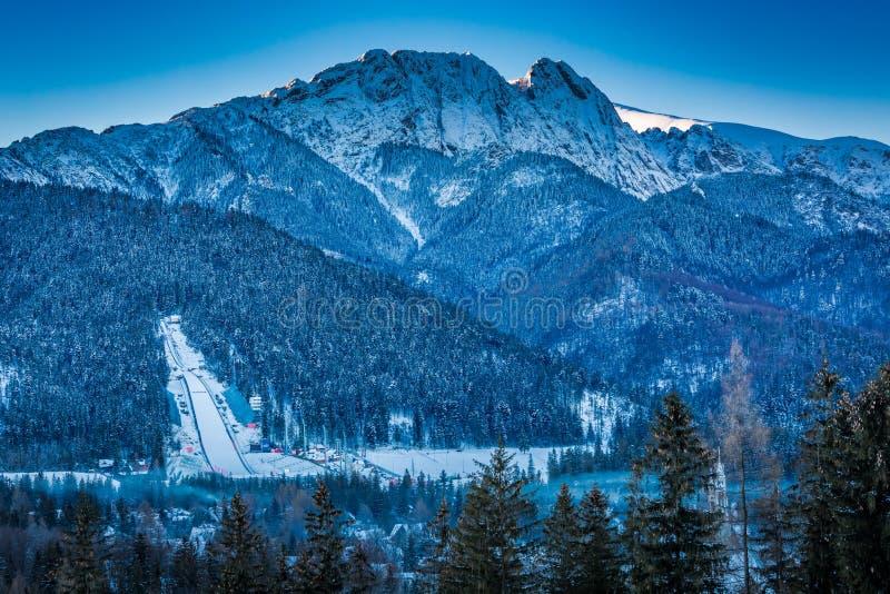 Pico de Giewont en el amanecer en Zakopane en invierno, montañas de Tatra imagenes de archivo