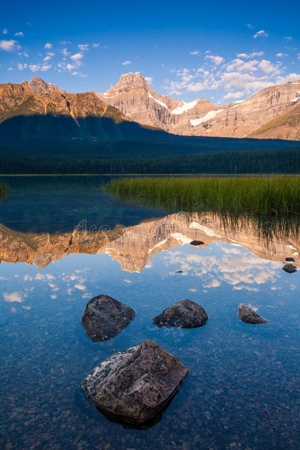 Pico de Howse y lago waterfowl en el parque nacional de Banff, Alberta, C foto de archivo libre de regalías