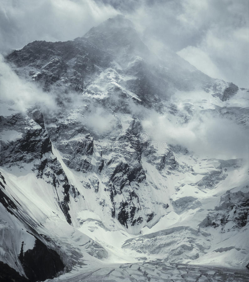 Pico de Khan Tengri uma tempestade do inverno 7010m imagens de stock