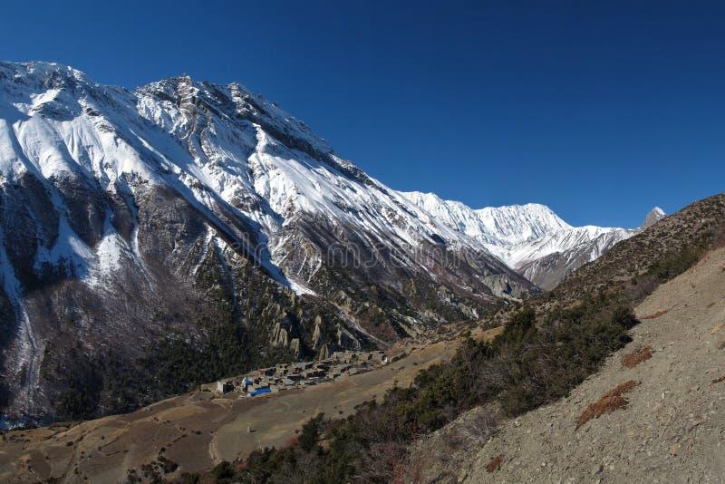 Pico de Khangsar y de Tilicho imágenes de archivo libres de regalías