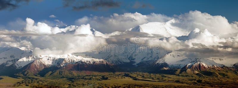 Pico de Lenin da escala de Alay - montanhas kirguizes de Pamir foto de stock