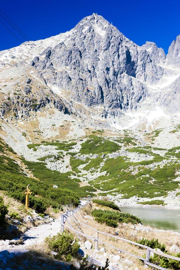 Pico de Lomnicky e Skalnate Tarn, Vysoke Tatry & x28; Tatras& alto x29; , Slo imagem de stock