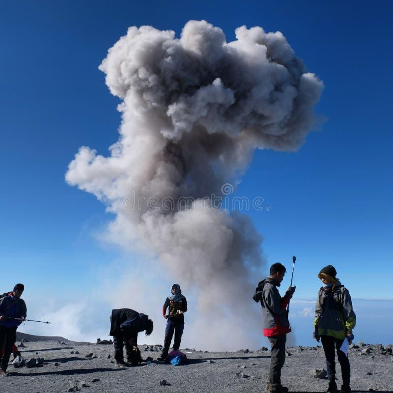 Pico de Mahameru la gran montaña imagen de archivo