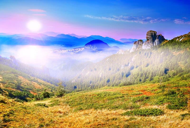 Pico de montaña de Ciucas, en luz de la salida del sol imagenes de archivo