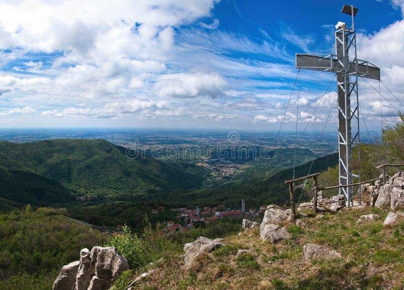 Pico de montaña con la luz cruzada y dramática foto de archivo libre de regalías