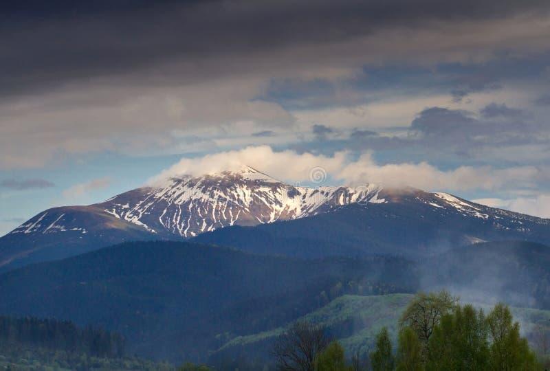 Pico de montaña con las nubes foto de archivo