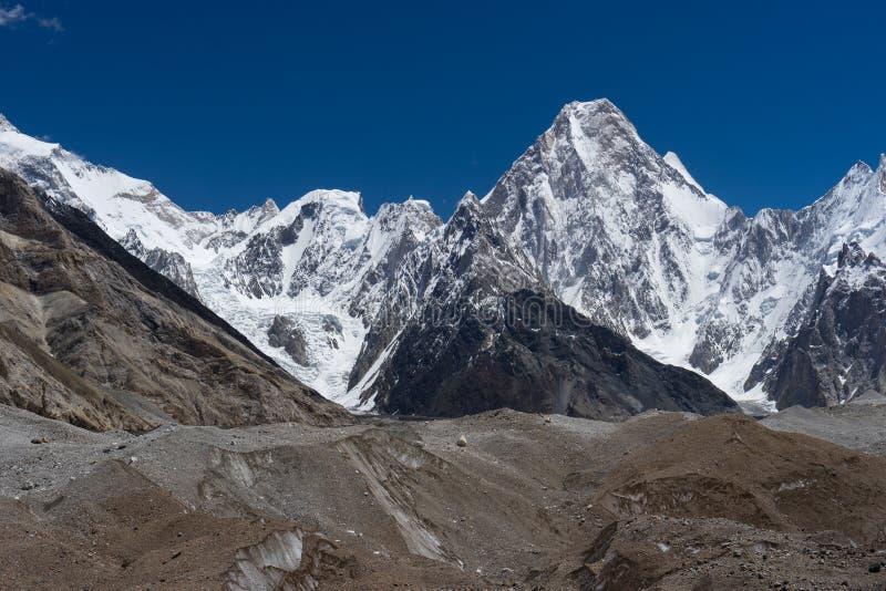 Pico de montaña de Gasherbrum 4 en la ruta del senderismo K2 a lo largo del camino a imágenes de archivo libres de regalías