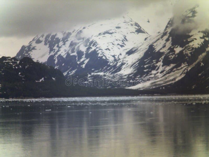 Pico de montaña en cielo en Alaska imagenes de archivo