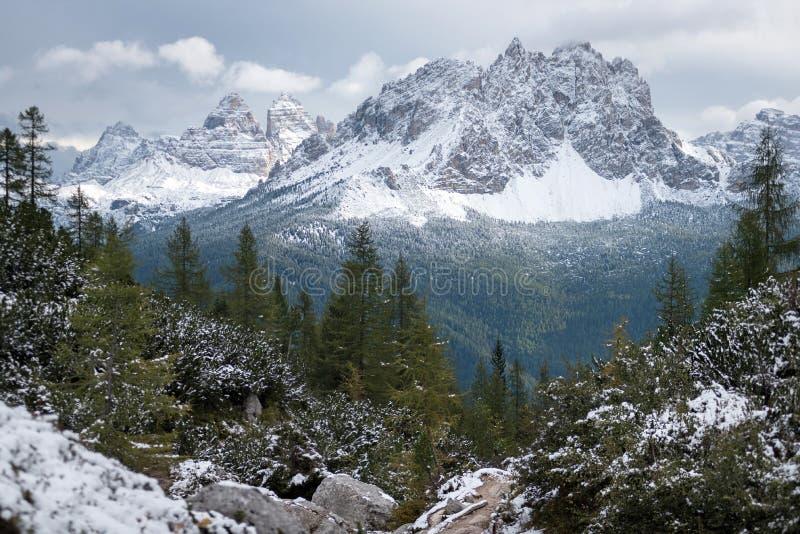 Pico de montaña en invierno, dolomías, Italia fotografía de archivo libre de regalías