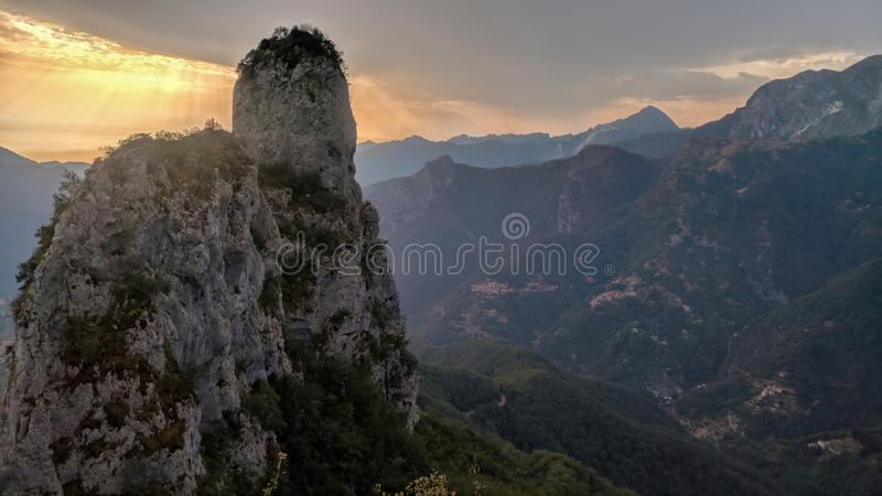 Pico de montaña iluminado por la puesta del sol fotografía de archivo libre de regalías