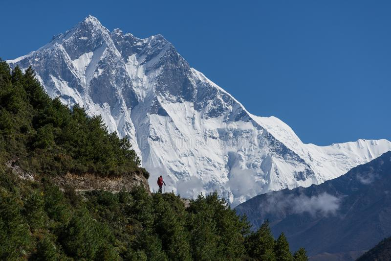 Pico de montaña de Lhotse detrás del trekker en la región de Everest, Himalaya fotografía de archivo libre de regalías
