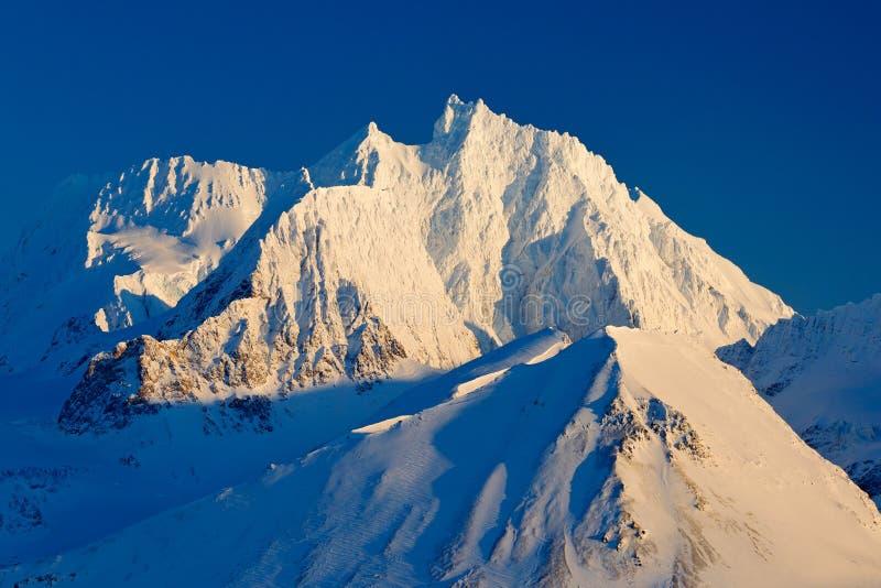 Pico de montaña nevoso blanco, glaciar azul Svalbard, Noruega Hielo en el océano Iceberg en el Polo Norte Paisaje hermoso Ingenio imagen de archivo libre de regalías