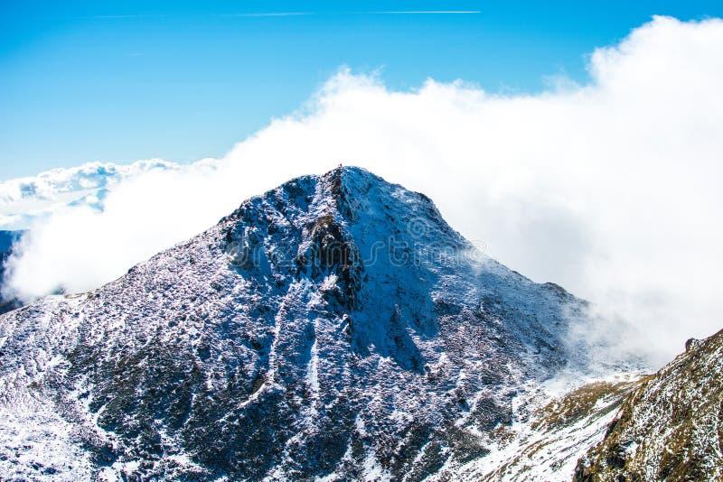 Pico de montaña nublado imagen de archivo