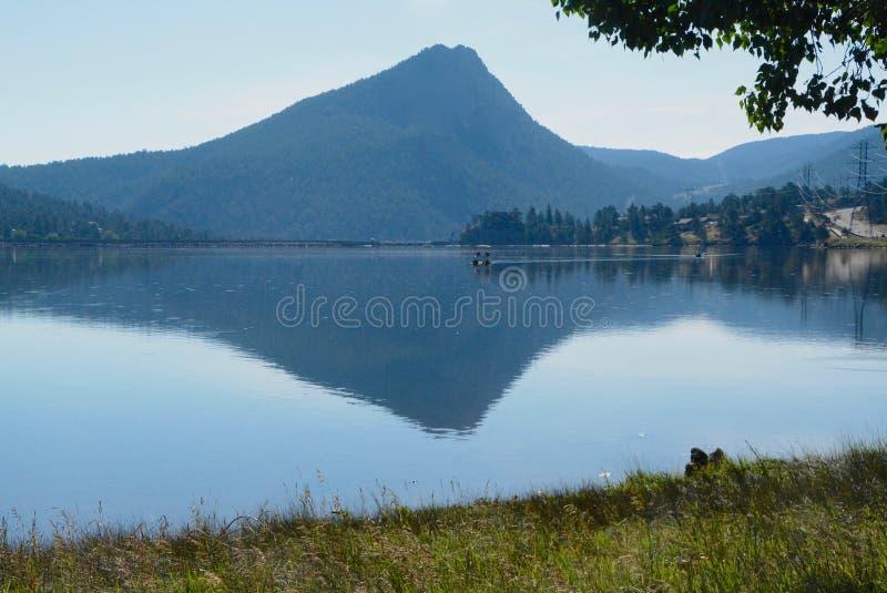 Pico de montaña reflejado en el lago Estes foto de archivo libre de regalías
