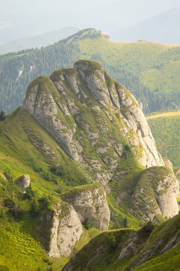 Pico de montaña rocosa imagen de archivo libre de regalías