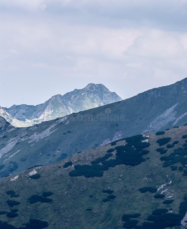 Pico de montaña de Swinica del paso del sedlo de Bystre en las montañas de Tatra fotografía de archivo libre de regalías