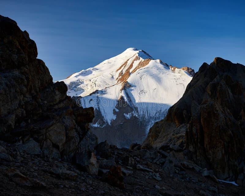 Pico de montanha da neve fotografia de stock royalty free