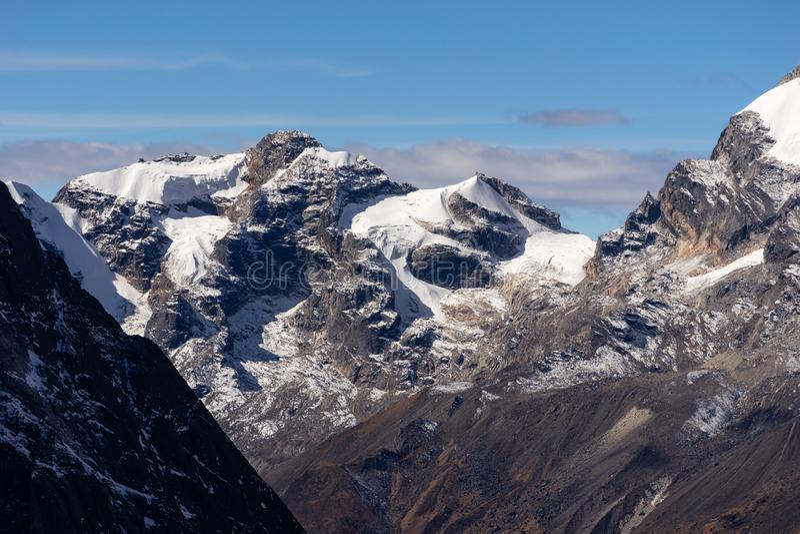 Pico de montanha da neve na cordilheira na vila de Khare, região dos Himalayas de Mera, Nepal fotos de stock