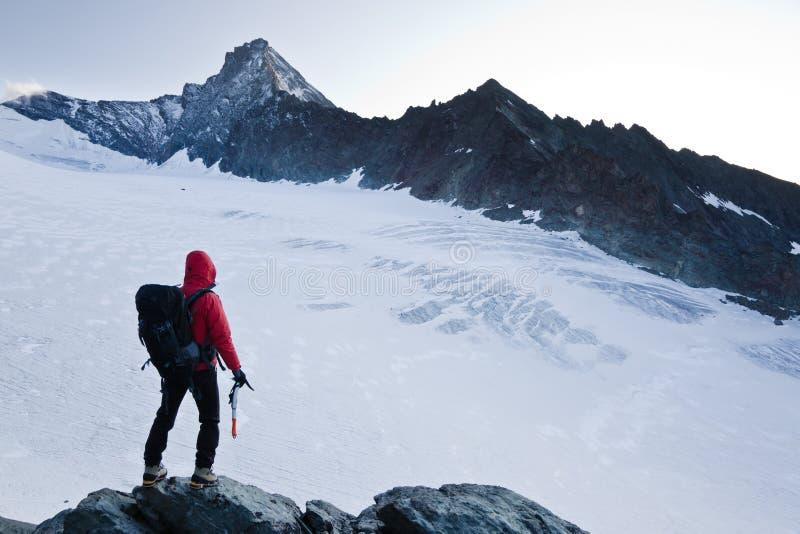 Pico de montanha do montanhista imagem de stock royalty free