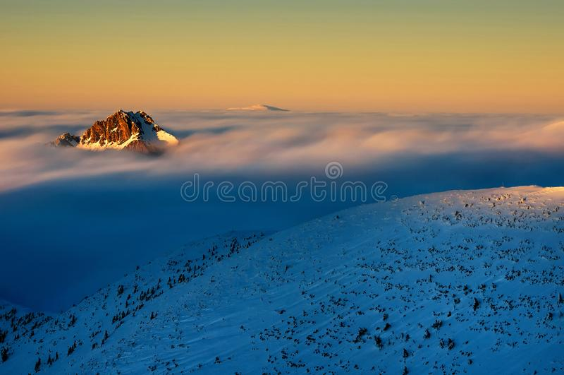 Pico de montanha durante o dia de inverno frio em Lesser Fatra, Eslováquia imagem de stock royalty free
