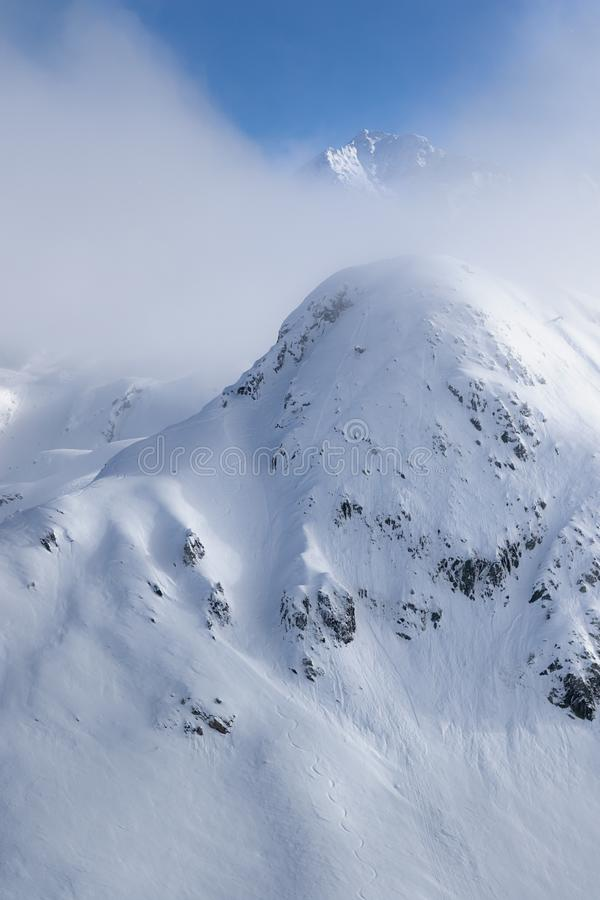Pico de montanha escondido na paisagem alpina pristine Cenário calmo e tranquilo em cumes franceses do couve-de-milão, La Plagne  imagem de stock royalty free