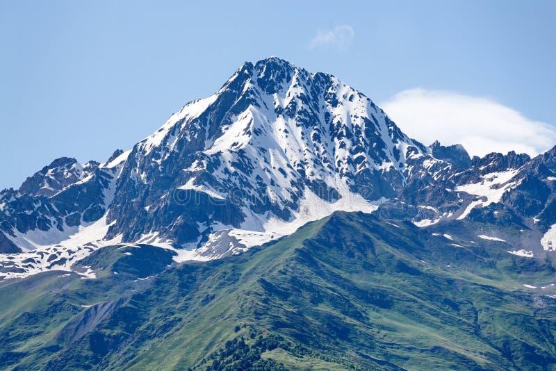 Pico de montanha na neve imagens de stock royalty free