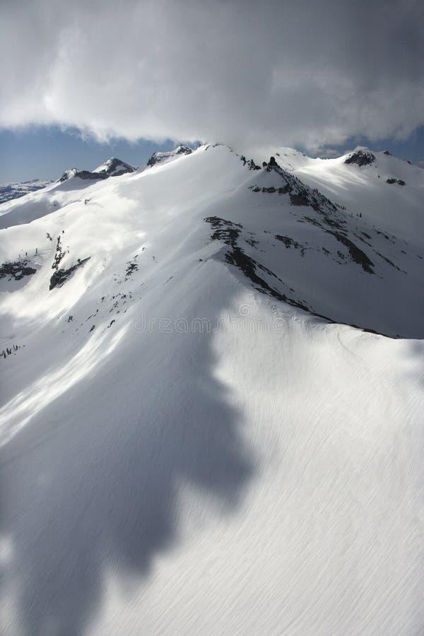Pico de montanha nevado. fotografia de stock