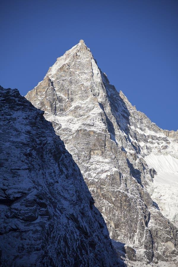 Pico de montanha nevado foto de stock