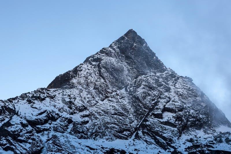 Pico de montanha rochosa perto de Cho La Pass no parque nacional de Sagarmatha, Himalayas, Nepal imagem de stock