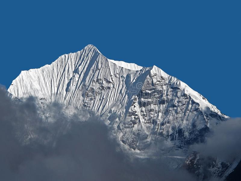 Pico de montanha tampado neve foto de stock