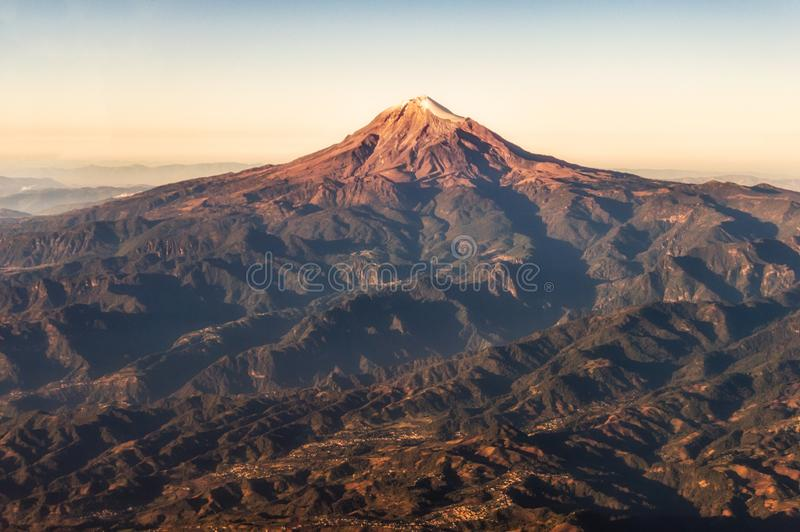 Pico de Orizaba Veracruz, Mexico Flyg- sikt för soluppgång, kopieringsutrymme arkivbilder