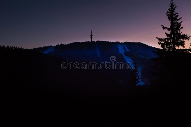 Pico de Snejanka na montanha de Rhodopi no crepúsculo fotos de stock royalty free