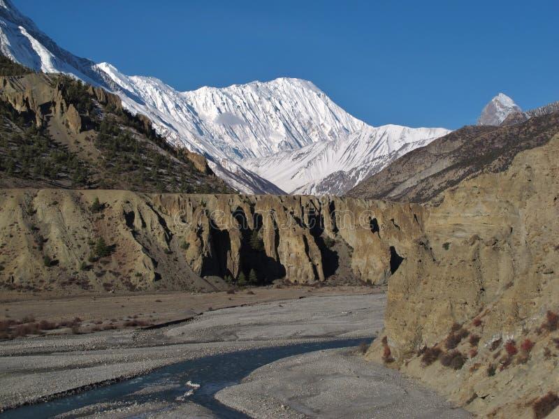Pico de Tilicho y río de Marsyangdi fotografía de archivo libre de regalías