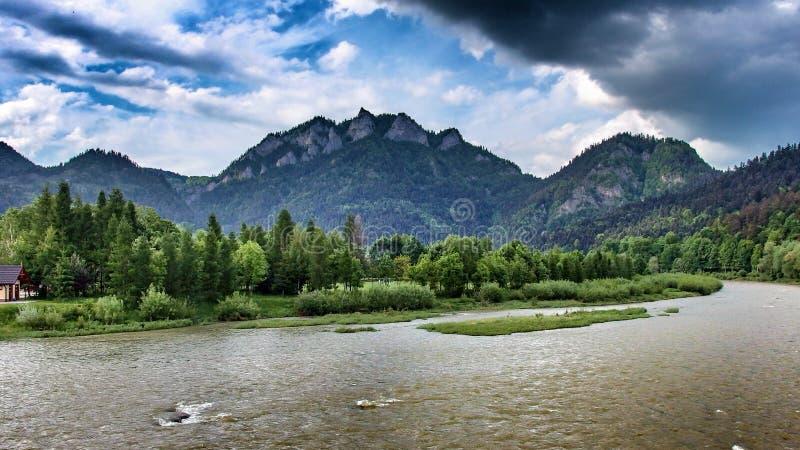 Pico de Trzy Korony sobre o rio de Dunajec no ne do ¼ de Sromowce NiÅ no Polônia fotografia de stock