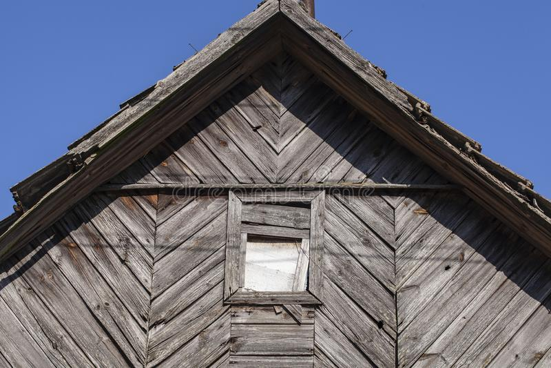 Pico de una casa abandonada vieja imagen de archivo libre de regalías