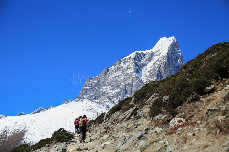 Pico del tabuche del Trekker de la ruta del viaje de everest foto de archivo