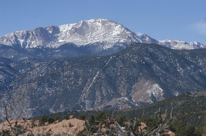 Pico dos piques sobre o jardim do parque dos deuses no inverno imagens de stock royalty free