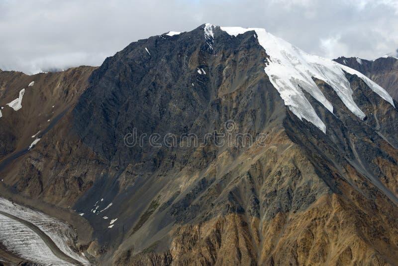 Pico e geleira de montanha coberto de neve no parque nacional de Kluane, Y imagens de stock