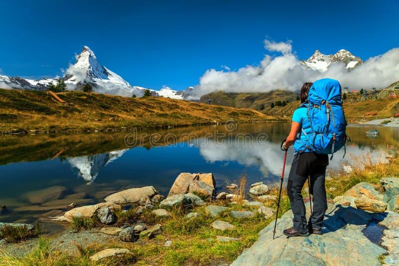 Pico famoso de Matterhorn e da geleira alpina de Leisee lago, Vancôver, Suíça fotografia de stock royalty free
