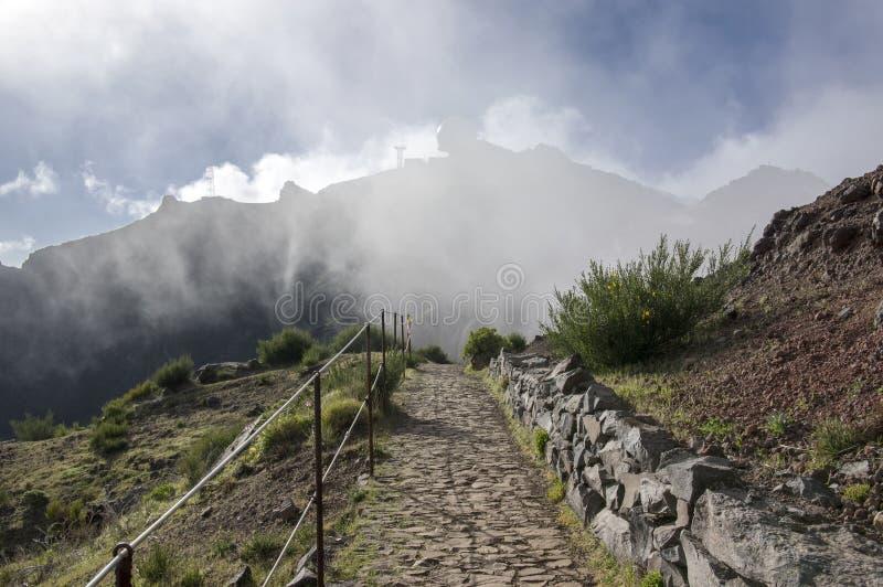 Pico font le sentier de randonnée d'Arieiro, le paysage magique étonnant avec des vues incroyables, les roches et la brume, stati images stock