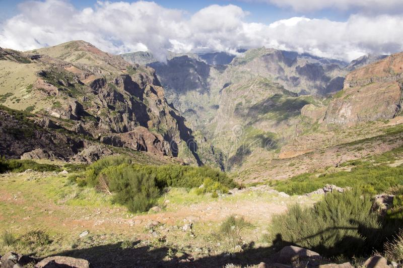 Pico font le sentier de randonnée d'Arieiro, le paysage magique étonnant avec des vues incroyables, les roches et la brume, vue d photographie stock libre de droits