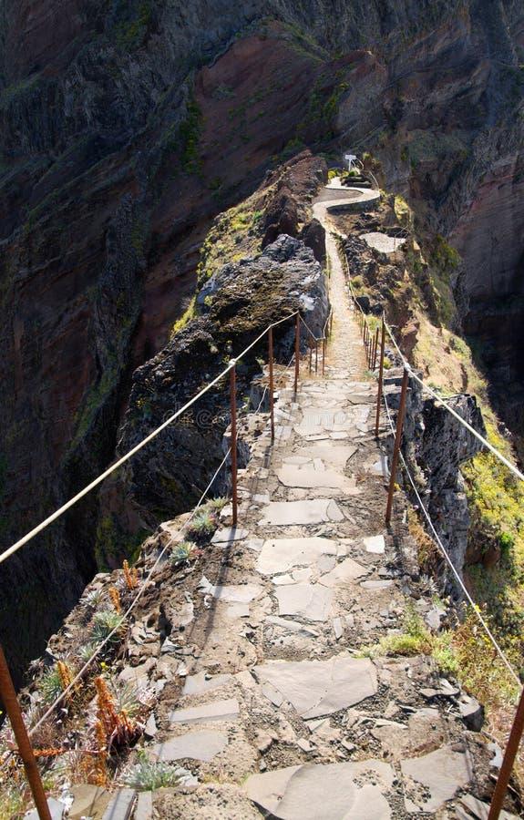Pico hace el paso del rastro del vértigo de Areeiro, Madeira fotos de archivo